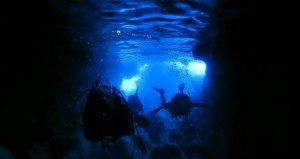 宮古島のボート体験ダイビングで潜る青の洞窟