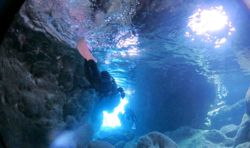宮古島ダイビングの人気スポット青の洞窟