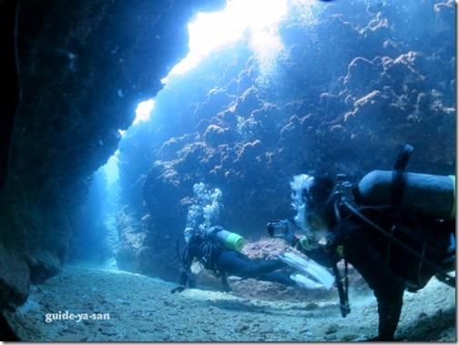 水中洞窟を泳ぐダイバー
