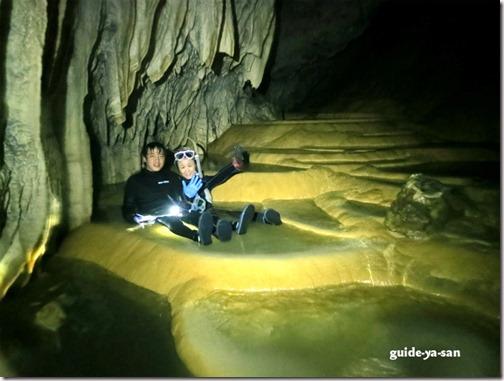 宮古島の鍾乳洞のリムストーンプールで記念写真