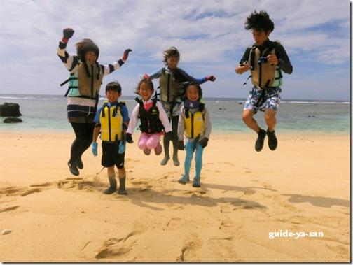 宮古島のビーチでジャンプ