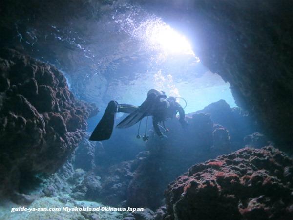 宮古島の海中地形洞窟を潜るボートファンダイビング